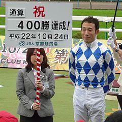 藤岡佑介騎手「外枠なりに思った通りの競馬はできました。なのに一番最初に手が動いてしまいました」