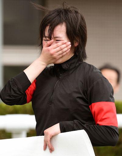 藤田菜七子騎手、ファンの声援に思わず泣く