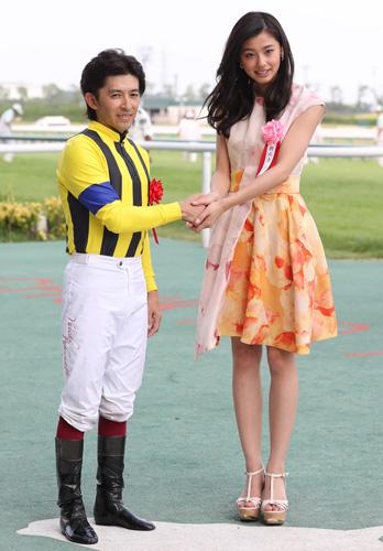中京記念のプレゼンター朝比奈彩さんと握手する福永騎手