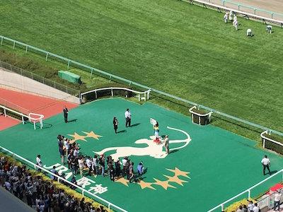 川田騎手1000勝記念プラカードを掲げる若手なし…