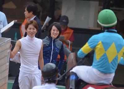 初重賞で大健闘した野中を笑顔で出迎えるチーム根本の丸山と菜七子w