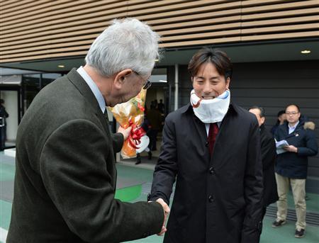 吉田豊騎手、コルセット姿で中山競馬場に来場