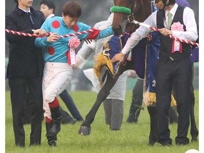有馬記念を制し興奮したブラストワンピースから蹴られる池添謙一騎手