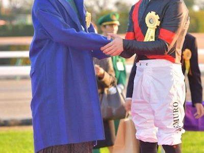 プレゼンター高畑充希さん、微妙な表情でデムーロと握手