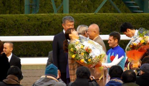 M.デムーロ騎手が朝日杯プレゼンター飯豊まりえに花束をプレゼント!